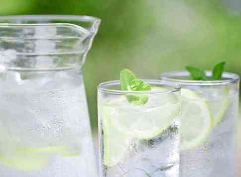 water-with-lemon-slices
