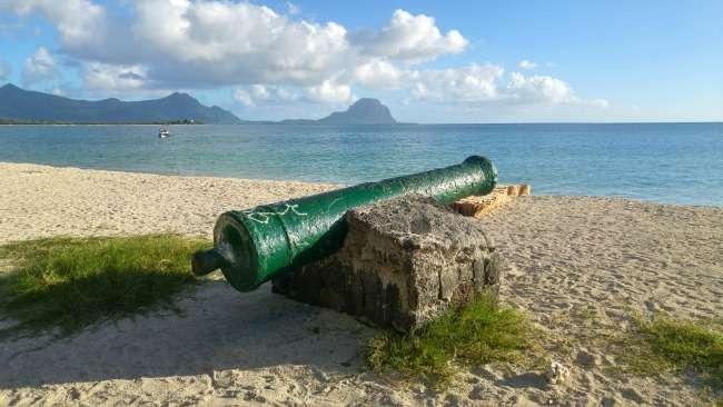 Cannon at La Preneuse beach